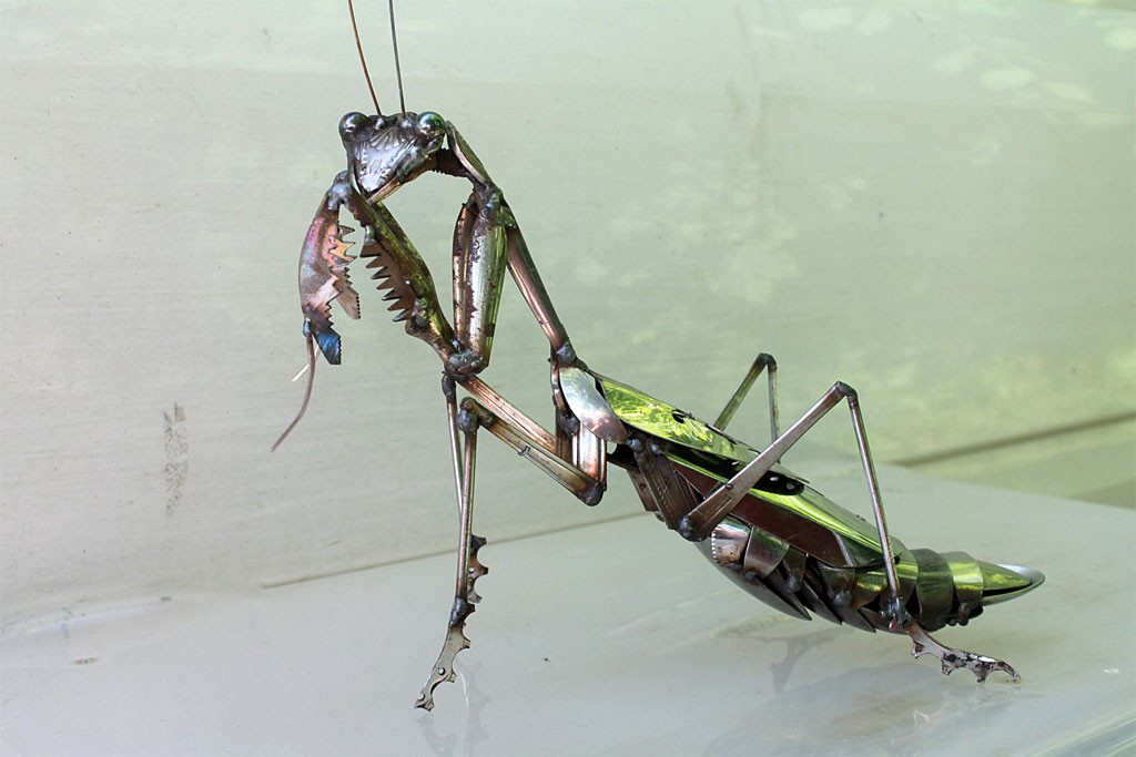 JK Brown ステンレス彫刻 金属くずのカマキリ ( JK Brown Scrap Metal Praying Mantis - Stainless Steel Sculpture )