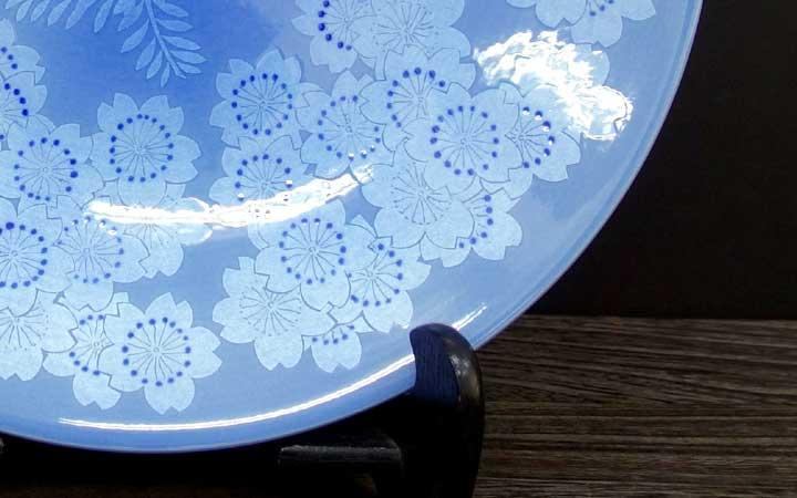 九谷焼 中田一於 13号飾皿 淡青釉裏銀彩桜文