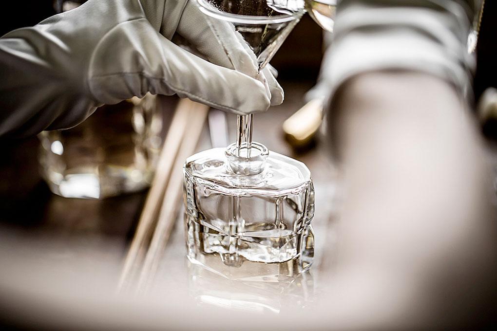 バカラ 伝説のボトルとフレグランス ルージュ 540 パルファム ( Baccarat Rouge 540, A Legendary Perfume And Bottle )