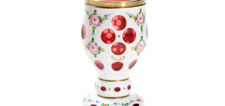 ボヘミアガラス ホワイト オーバーレイ カップ 花の装飾 ( Bohemian Glass Overlay Glass Cup in White with Floral Decor )
