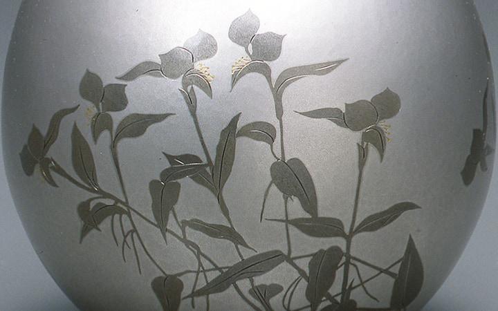 金工 奥山峰石 打込象嵌花瓶 「露草」